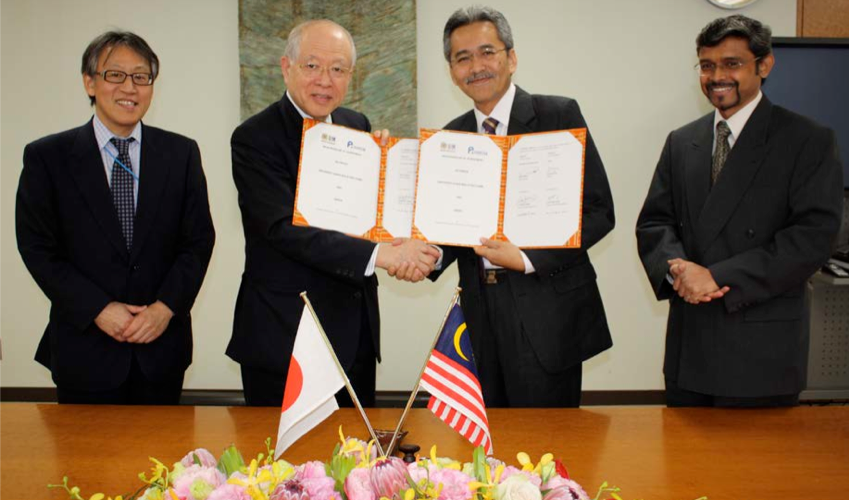Signing of a comprehensive agreement between USM and RIKEN for research and academic collaborations. From left: Mr. Motohide Yokota (Director of Global Relations Office), Prof. Ryoji Noyori (Nobel Laureate and President of RIKEN), Dato' Prof. Omar Osman (Vice-Chancellor of USM) and Prof. Sudesh Kumar (Coordinator and Administrative Advisor for USM-RIKEN collaboration)