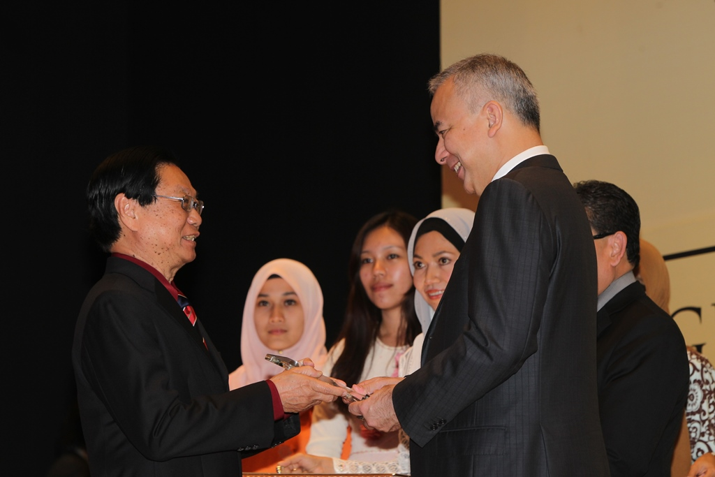 Receiving the UM Excellence Award in Recognition of Winning the Merdeka Award 2013 from UM Pro-Chancellor, HRH Raja Dr. Nazrin Shah, Regent of Perak