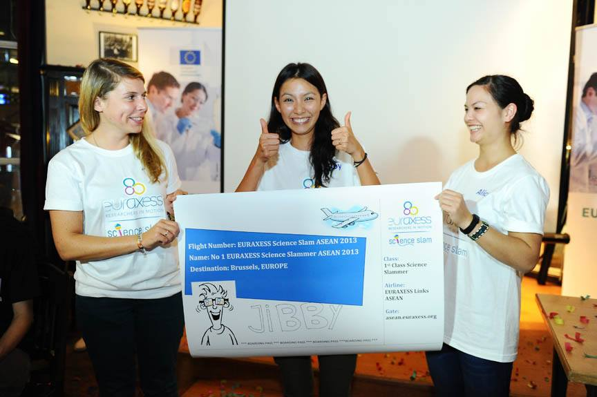 Dr Jibby from Biotec Thailand winning the inaugural EURAXESS Science Slam ASEAN in Singapore in 2013. She went on to secure a Franco-Thai research fellowship to conduct research at Institut Pasteur in Paris.